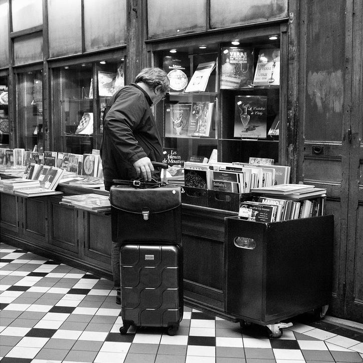 L'homme à la valise chine dans les vieux livres