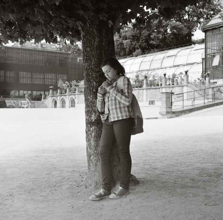 Le jeune fille sous l'arbre