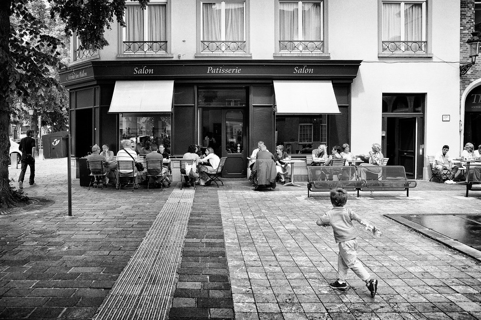 Les enfants courent devant la pâtisserie