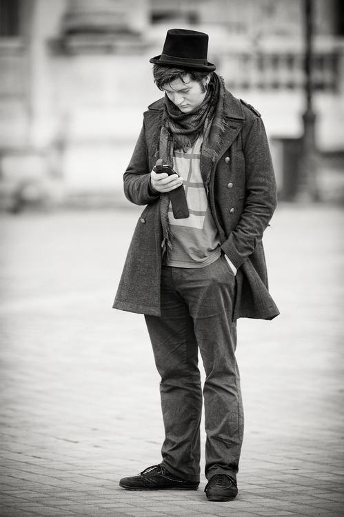 L'homme au petit chapeau lisait ses sms