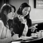 Deux femmes mènent une interview