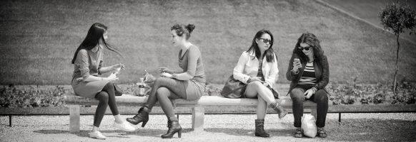 Quatre femmes sur un banc