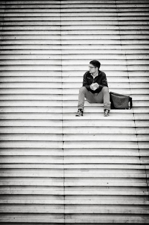 Seul sur les marches