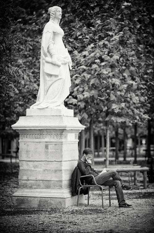 Au pied de la statue