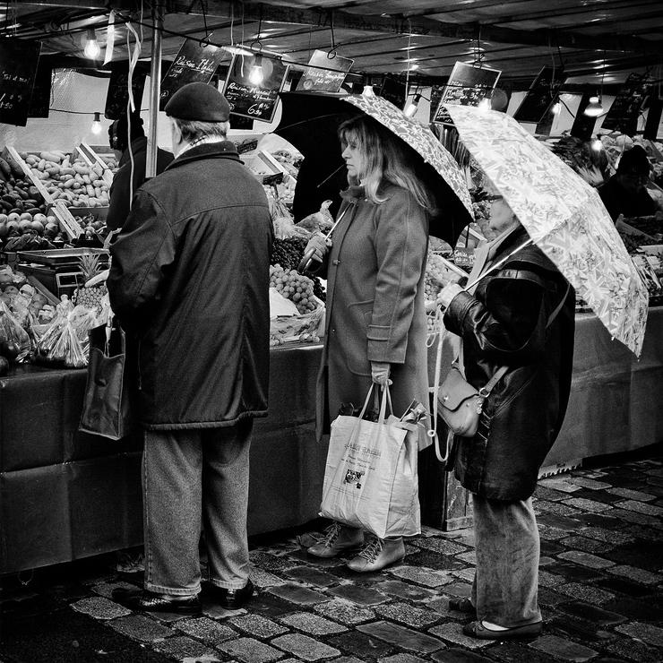 Au marché sous la pluie