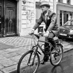 En haut-de-forme et à vélo