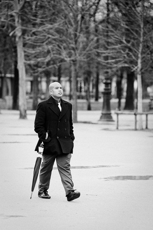 L'homme à la cravate blanche et au parapluie fermé