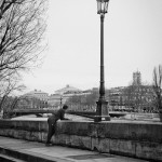 Le jogger fait une pose en regardant la Seine