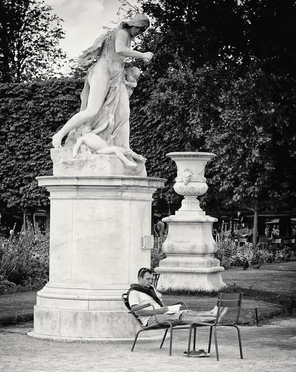 Lire sous les statues