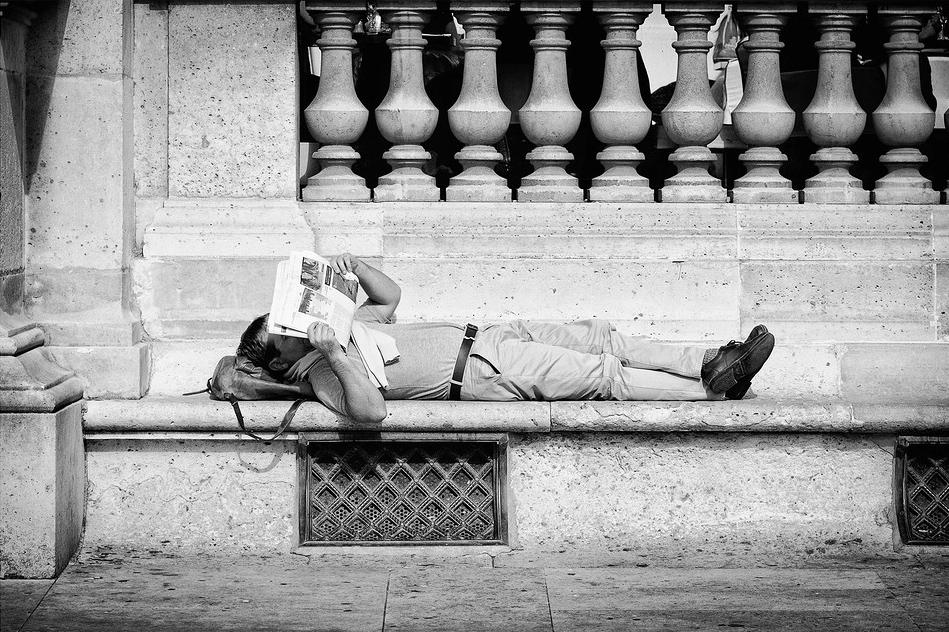 Lecture allongé sous le soleil