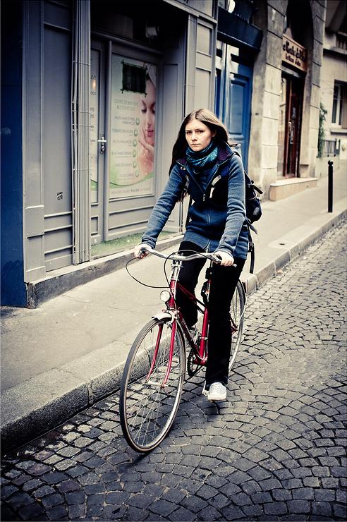En bleu sur une bicyclette rouge
