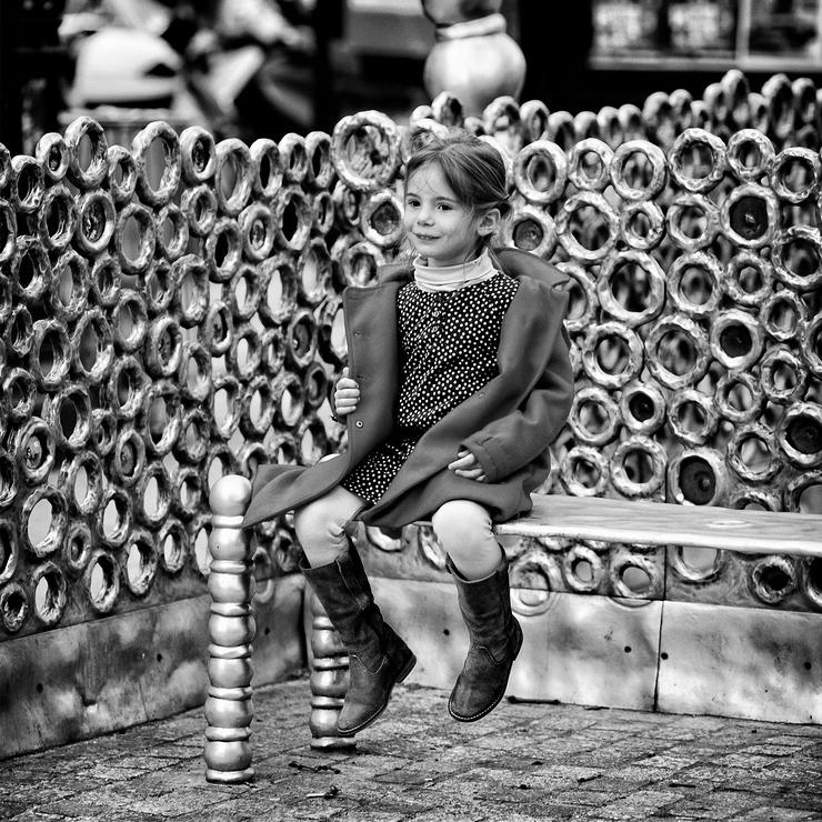 La petite fille sur son banc