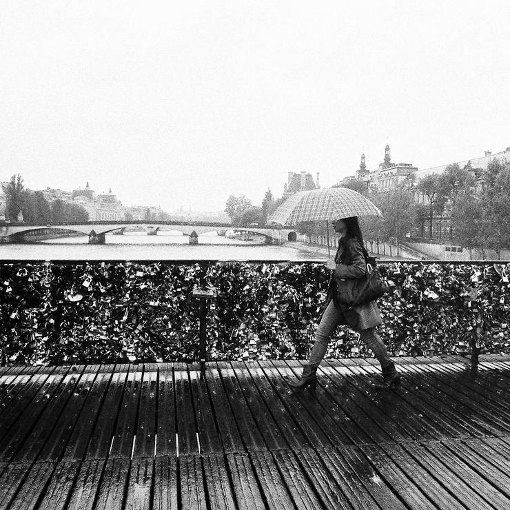 Il pleut sur le pont des arts