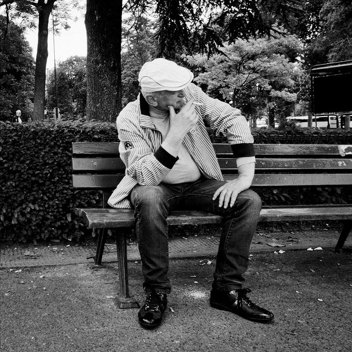 Fumer tranquillement sur un banc