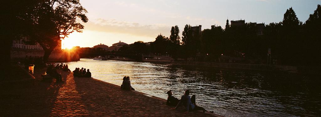 Les parisiens flânent sur les quais