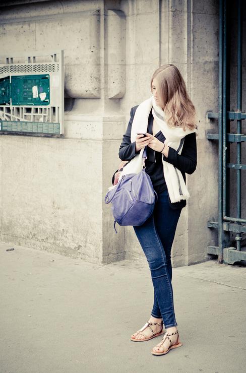 La femme au sac violet