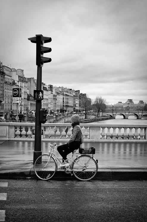 En attendant le feu je contemple la Seine