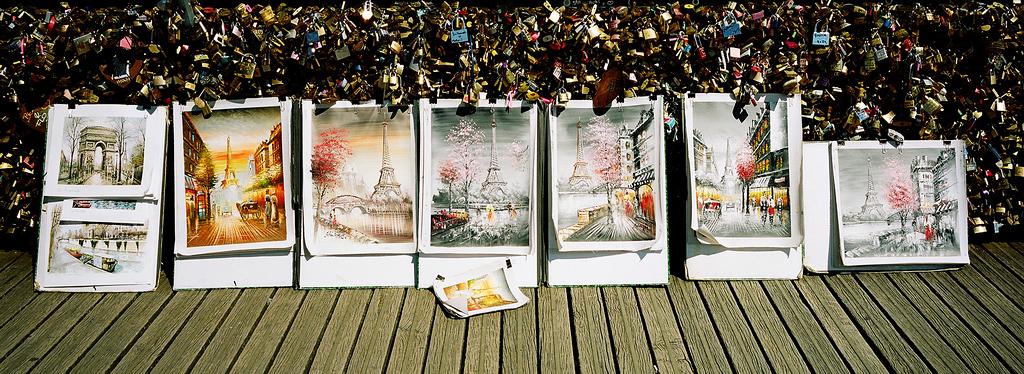 Paris, sa tour Eiffel, ses esquisses, le pont de arts, ses cadenats