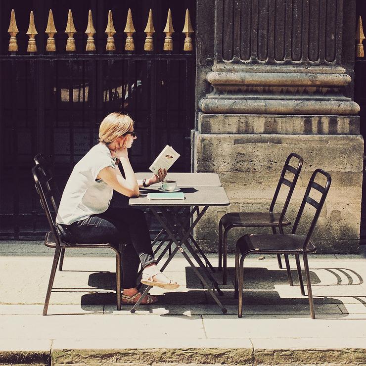 A table avec un livre sous le soleil