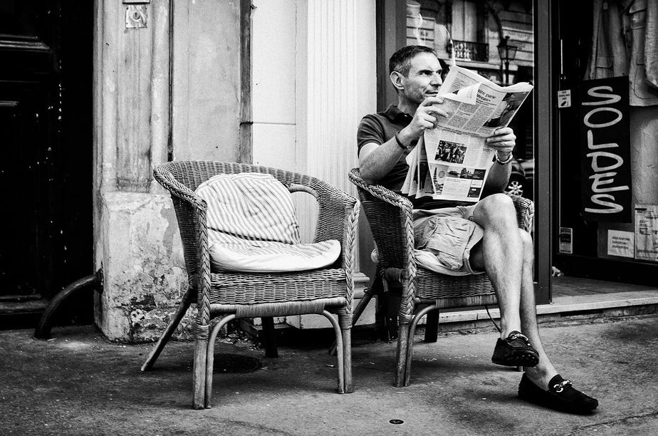 Fauteuils en osier, coussins et bonne lecture