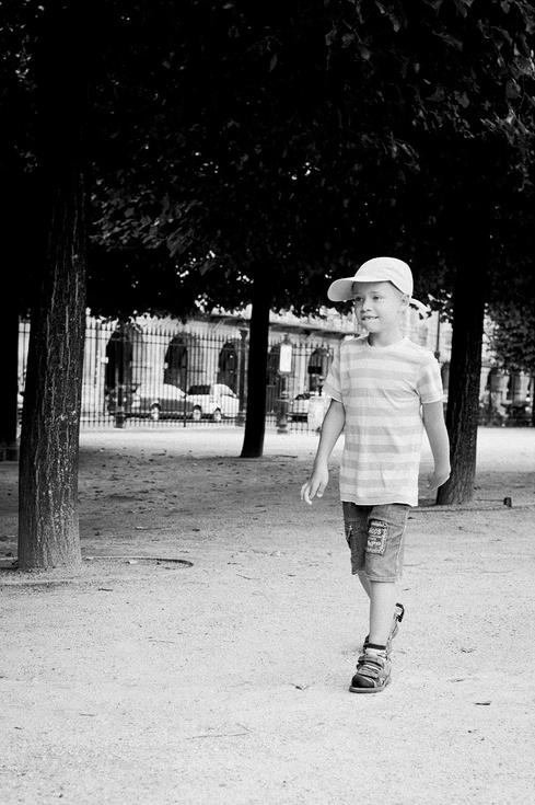 Le petit parisien avec une casquette