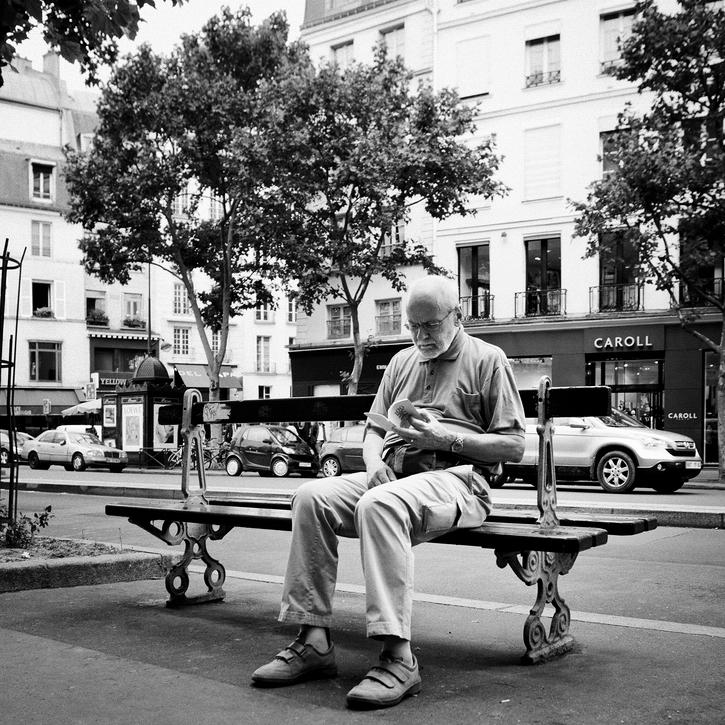 M. Vincent lit sur son banc