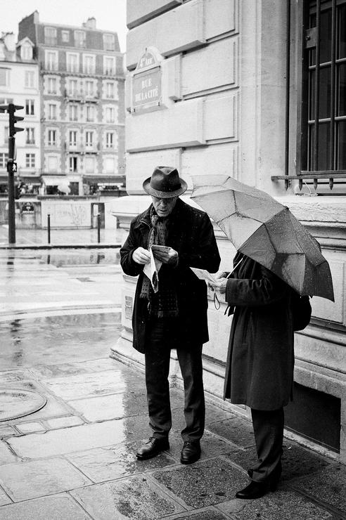 En couple sous la pluie