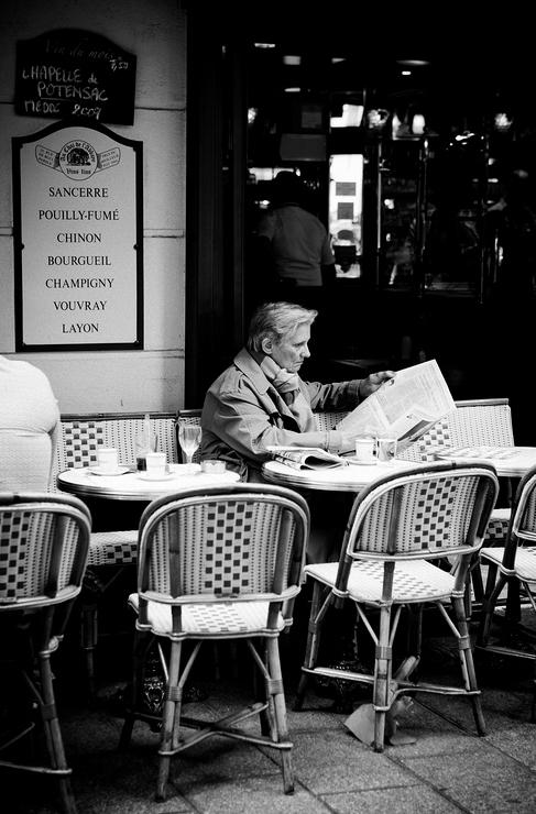 Lecture tranquille au coin du café