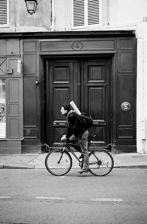 En vélo devant la porte