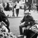 La marchande, l'homme à la casquette & le petit chien