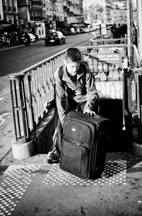 Le gamin et sa valise