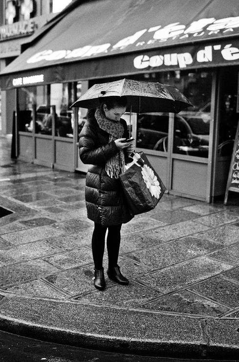 Sous la pluie je lis même mes sms