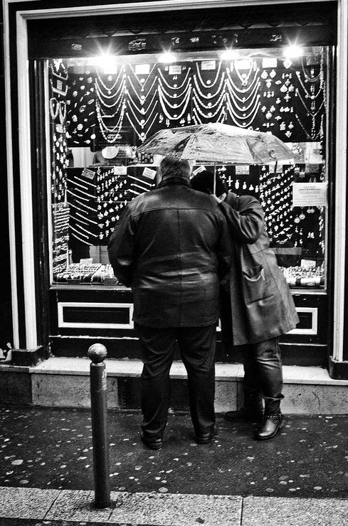 Lèche vitrine sous la pluie