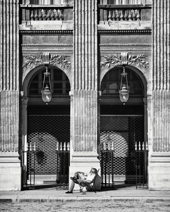 Bain de soleil devant les arcades