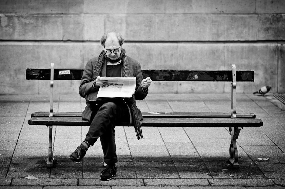 L'art et la manière de lire un quotidien sur un banc