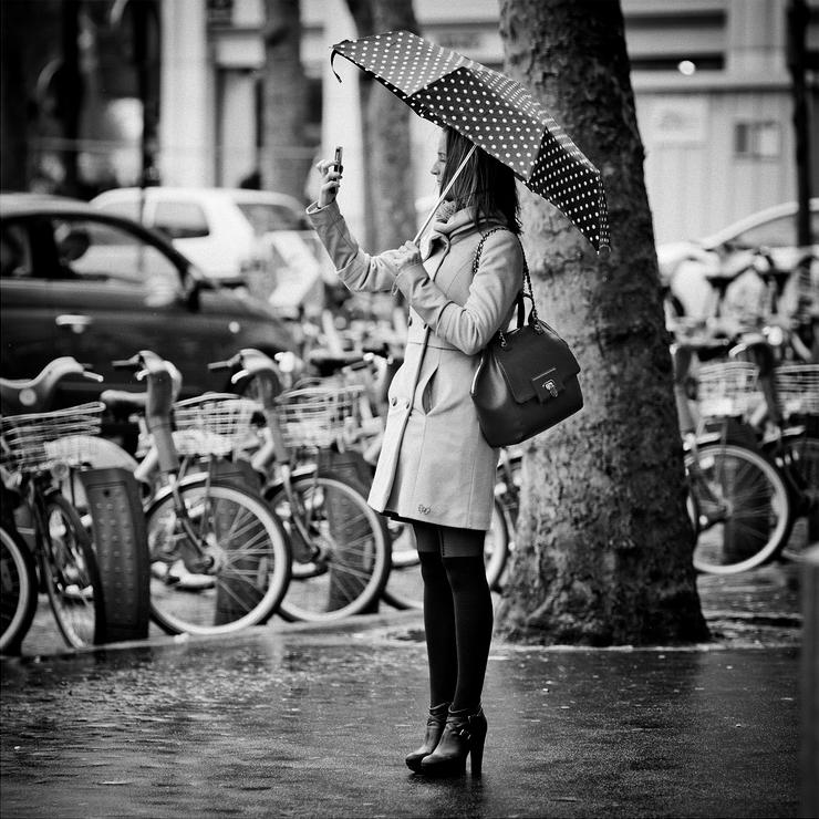 Un autoportrait du haut de ses talons et sous la pluie.