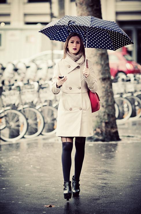 Sous le parapluie à pois blanc