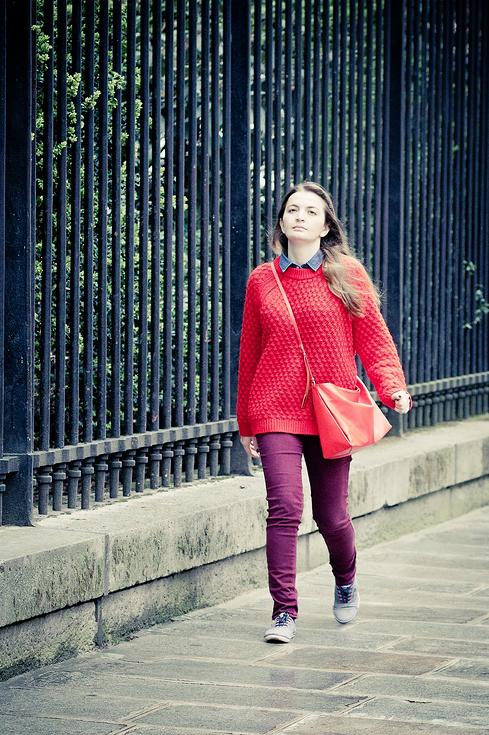 Le pull-over rouge et le pantalon violet