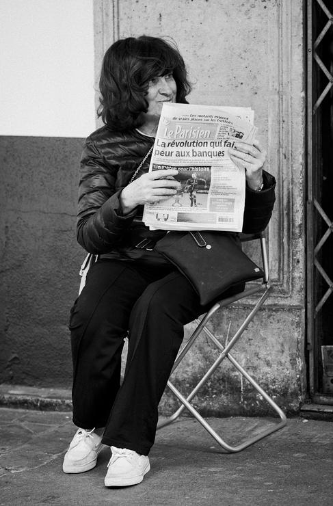 Un journal et un siège