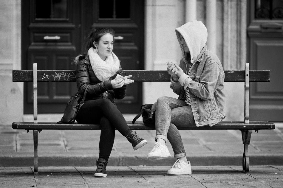 Converser sur un banc