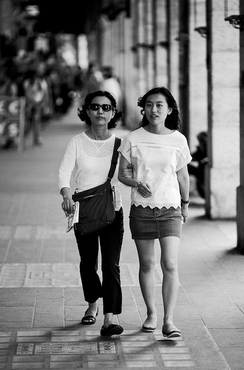 Mère et fille sous les arcades