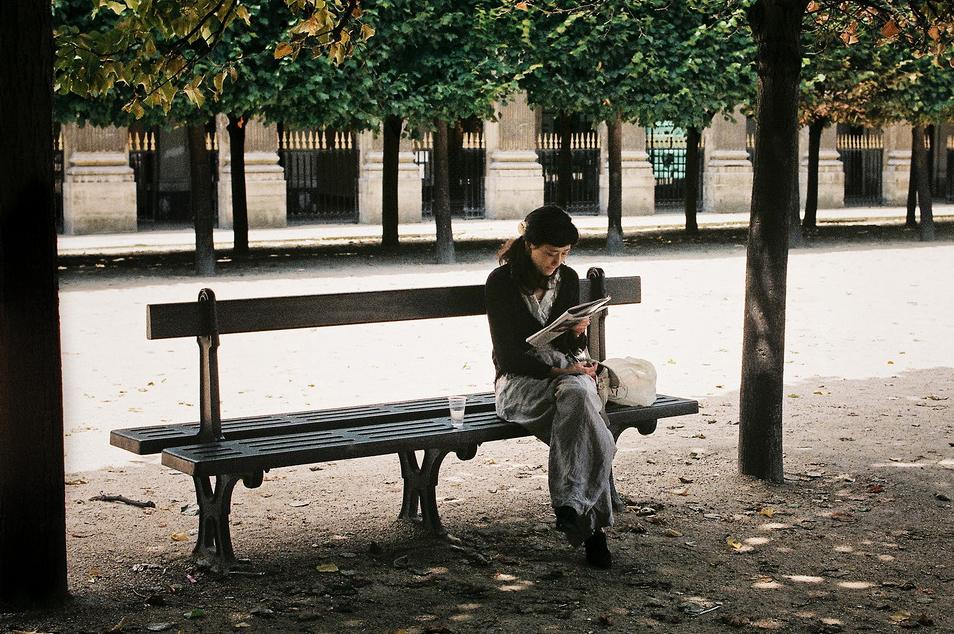Seule sous son arbre avec un livre
