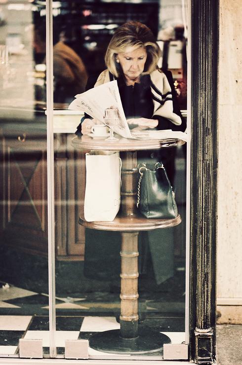 La femme derrière la vitre du café