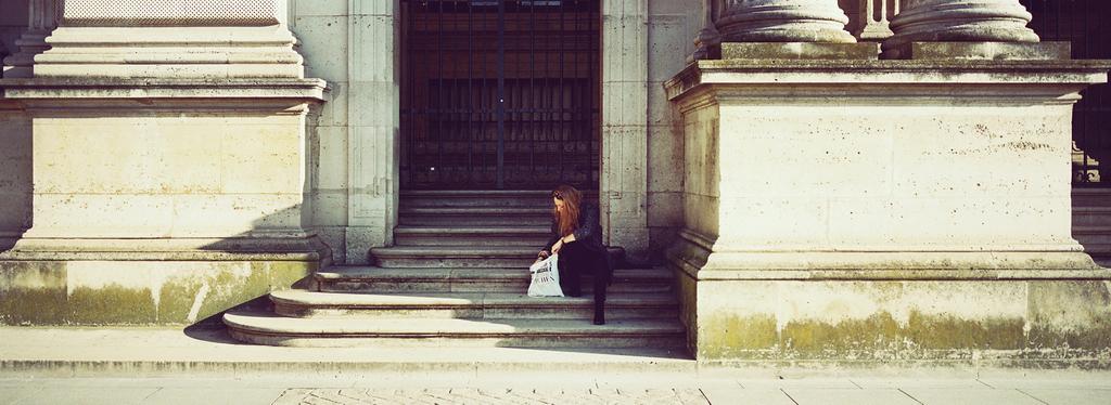 Elle cherchait dans son sac