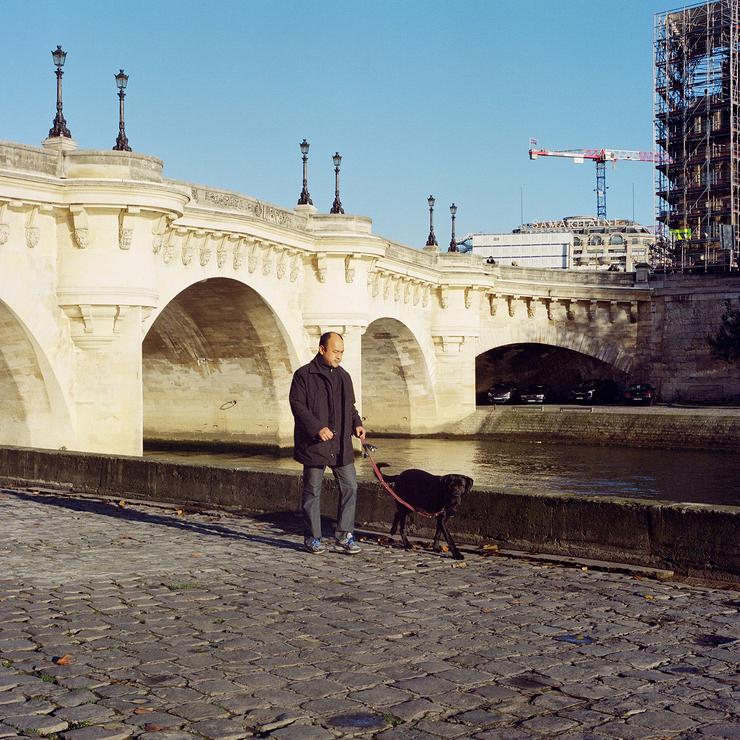 Un homme et son chien sous le pont neuf