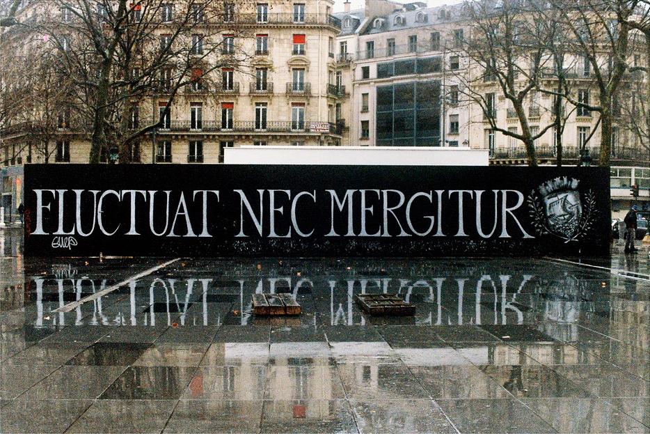 Sous la pluie, place de la République
