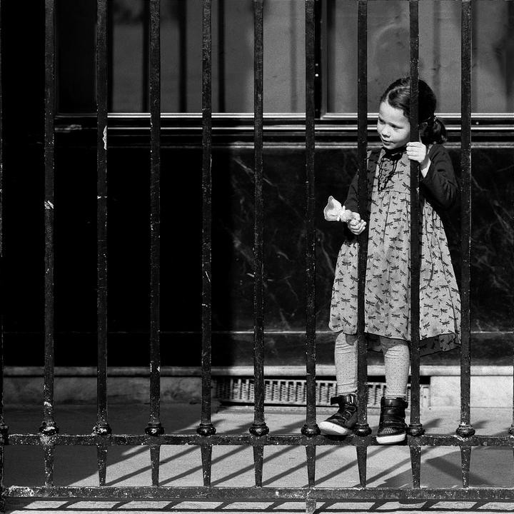 La petite derrière les barreaux