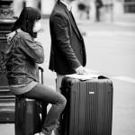 Assise sur la valise