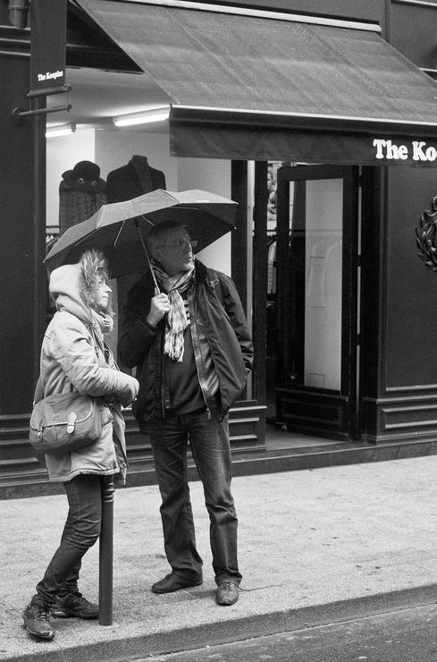 En couple sous un parapluie