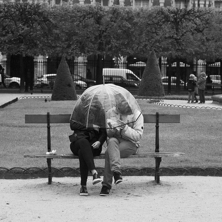 A deux sous un parapluie